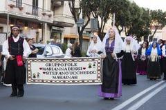 QUARTU S e 意大利- 2012年9月15日:酒节的游行2012年-撒丁岛 库存照片