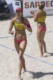 QUARTU S e , ITÁLIA - 7 de junho de 2014: Voleibol de praia europeu 2014 - o competiam das mulheres - praias de Poetto - Sardinia Imagem de Stock Royalty Free