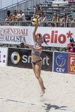 QUARTU S e , ITÁLIA - 7 de junho de 2014: Voleibol de praia europeu 2014 - o competiam das mulheres - praias de Poetto - Sardinia Fotos de Stock Royalty Free
