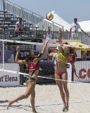 QUARTU S e , ITÁLIA - 7 de junho de 2014: Voleibol de praia europeu 2014 - o competiam das mulheres - praias de Poetto - Sardinia Foto de Stock Royalty Free