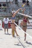 QUARTU S e , ITÁLIA - 7 de junho de 2014: Voleibol de praia europeu 2014 - o competiam das mulheres - praias de Poetto - Sardinia Fotografia de Stock Royalty Free