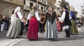 QUARTU S e , ITÁLIA - 21 de setembro de 2014: Parada de trajes sardos e de flutuadores para o festival da uva em honra do celebra Fotografia de Stock Royalty Free
