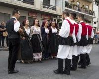 QUARTU S e , ITÁLIA - 21 de setembro de 2014: Parada de trajes sardos e de flutuadores para o festival da uva em honra do celebra Fotos de Stock Royalty Free