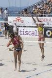 QUARTU S E , ITALIEN - Juni 7, 2014: Europeisk strandvolleyboll 2014 - kvinnors turnering - Poetto strand - Sardinia Fotografering för Bildbyråer
