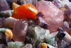 Quartzo de Rosa e outros cristais Fotografia de Stock Royalty Free