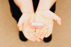 Quartzo de Rosa nas palma da mão foto de stock