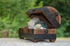 Quarz- und Kristallsteine vieler Mineralien in der Holzkiste Stockfotos