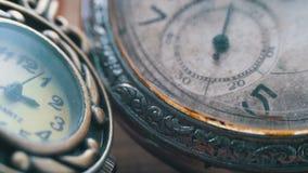 Quarzo ed orologi meccanici stock footage