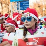 Quasi 10,000 Santa partecipano al funzionamento di Babbo a Milano, Italia Fotografia Stock
