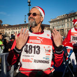 Quasi 10,000 Santa partecipano al funzionamento di Babbo a Milano, Italia Immagine Stock