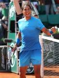 Quatorze campeões Rafael Nadal do grand slam das épocas comemoram a vitória após seu terceiro fósforo do círculo em Roland Garros fotos de stock royalty free
