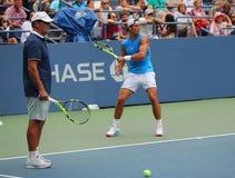 Quatorze campeões Rafael Nadal do grand slam das épocas da Espanha com seu treinador Tony Nadal praticam para o US Open 2016 fotos de stock