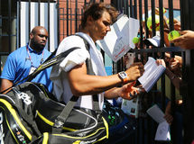Quatorze campeões Rafael Nadal do grand slam das épocas de autógrafos de assinatura da Espanha após a prática para o US Open 2015 fotos de stock royalty free