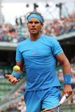 Quatorze campeões Rafael Nadal do grand slam das épocas durante seu segundo fósforo do círculo em Roland Garros 2015 foto de stock royalty free