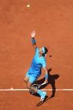 Quatorze campeões Rafael Nadal do grand slam das épocas na ação durante seu terceiro fósforo do círculo em Roland Garros 2015 foto de stock royalty free