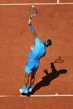 Quatorze campeões Rafael Nadal do grand slam das épocas na ação durante seu terceiro fósforo do círculo em Roland Garros 2015 imagens de stock royalty free
