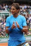 Quatorze champions Rafael Nadal de Grand Chelem de périodes après deuxième match de rond chez Roland Garros 2015 Images libres de droits