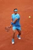 Quatorze champions Rafael Nadal de Grand Chelem de périodes dans l'action pendant son deuxième match de rond chez Roland Garros 2 Photo libre de droits