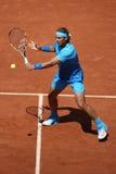 Quatorze champions Rafael Nadal de Grand Chelem de périodes dans l'action pendant son troisième match de rond chez Roland Garros  Photo libre de droits