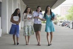 Quatre adolescentes traînant Photographie stock libre de droits