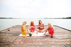 Quatre amie riant et ayant l'amusement Image stock