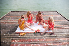 Quatre amie riant et ayant l'amusement Photos libres de droits
