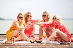 Quatre amie riant et ayant l'amusement Photographie stock libre de droits