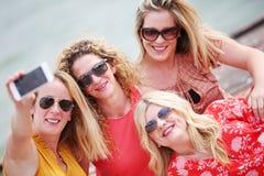 Quatre amie riant et ayant l'amusement Images libres de droits