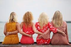Quatre amie riant et ayant l'amusement Image libre de droits