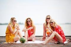 Quatre amie riant et ayant l'amusement Photographie stock