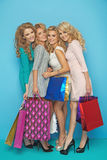 Quatre amies attirantes appréciant des ventes de achat Images libres de droits