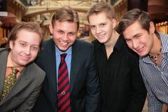 Quatre amis à l'intérieur Photo libre de droits