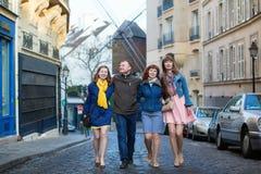 Quatre amis à Paris ensemble Photographie stock libre de droits