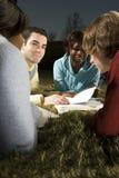 Quatre amis étudiant dehors Photos libres de droits