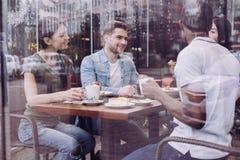 Quatre amis agréables partageant des impressions Photo stock