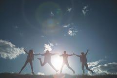 Quatre amis appréciant l'heure d'été Image libre de droits