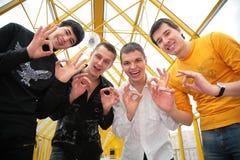 Quatre amis avec des doigts normalement Photo stock