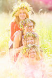 Quatre amis de femmes portant des guirlandes Photos stock