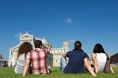 Quatre amis des vacances visitant Pise image libre de droits