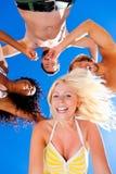 Quatre amis en vacances à la plage Images libres de droits