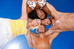 Quatre amis en vacances à la plage Images stock