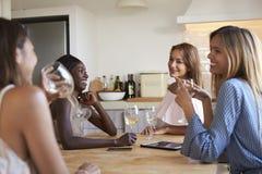 Quatre amis féminins appréciant une nuit de ½ de ¿ de girlsï dedans, se ferment  Image stock
