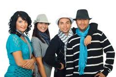 Quatre amis heureux dans une ligne Photographie stock libre de droits