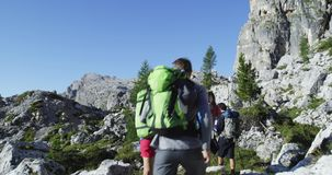 Quatre amis marchant le long du chemin de sentier de randonnée Groupe de voyage d'aventure d'été de personnes d'amis en nature de clips vidéos