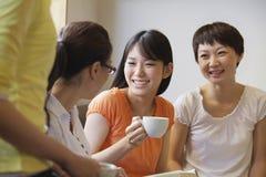 Quatre amis s'asseyant et parlant dans un café, Pékin Photo libre de droits