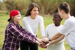 Quatre amis sur le champ de campagne Image libre de droits