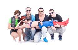 Quatre amis tiennent une fille de disco photos libres de droits