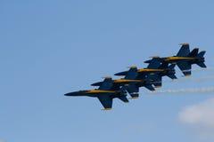 Quatre anges F-18 bleus dans la formation Images stock