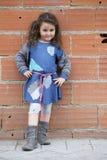 Quatre ans de fille habillée comme un sans-abri Images libres de droits