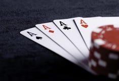Quatre as hauts sur la table noire avec des puces Photos libres de droits